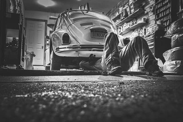 מכונאי מתקן מכונית