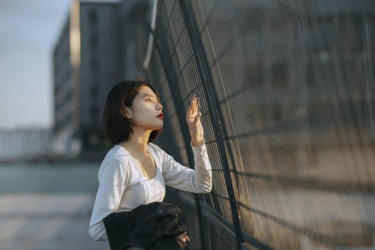 בחורה שמסתכלת מהחלון בעקבות אובן כושר עבודה