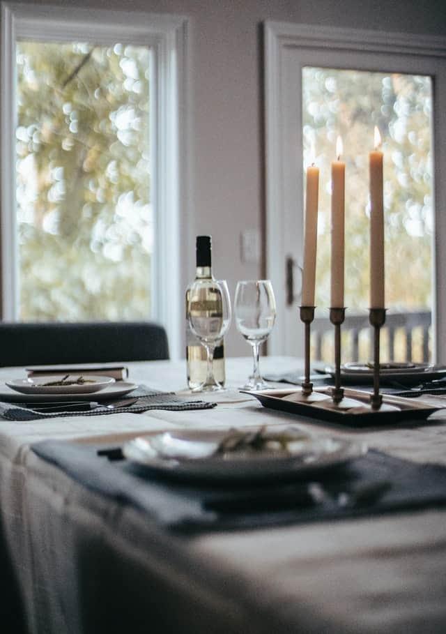 שולחן ערוך עם נרות על כלי כסף
